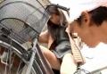 自転車修理業者をパンチラで誘惑する若妻