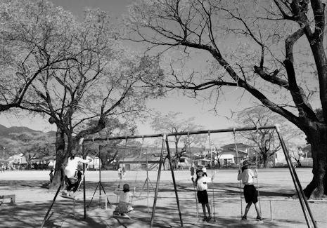 校庭に子供の声が響く(白黒)