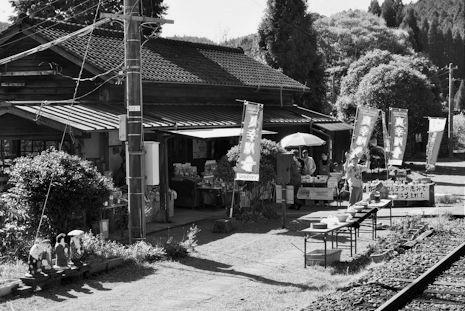 真幸駅(白黒)