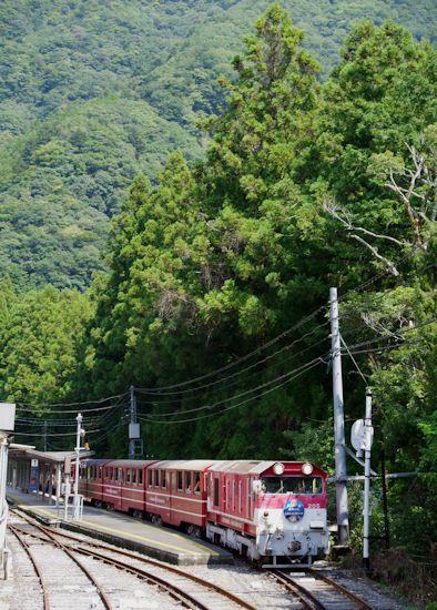 奥泉駅を出るトロッコ列車