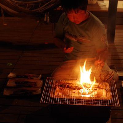 マコト、サンマを焼く
