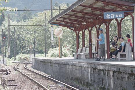 電車はまだかなー