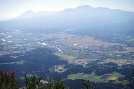 霧島山地と加久藤盆地の眺め