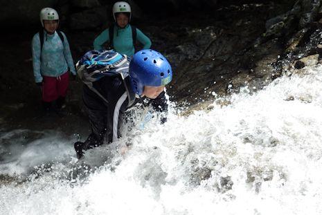 マコト、再び滝を登る
