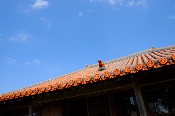 沖縄の屋根の色