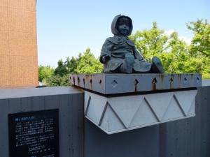 青い目の人形「ポーリン」の銅像(ポーリン橋手前)