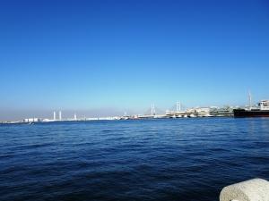 像が見つめる横浜港