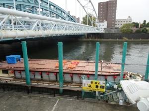 桟橋に係留された屋形船