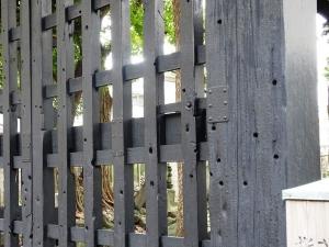 黒門に残された無数の弾痕