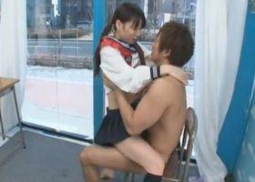 【MM号】セーラー服の美少女が手マンで大量潮吹き!!騎乗位セックスで絶頂顔射!!