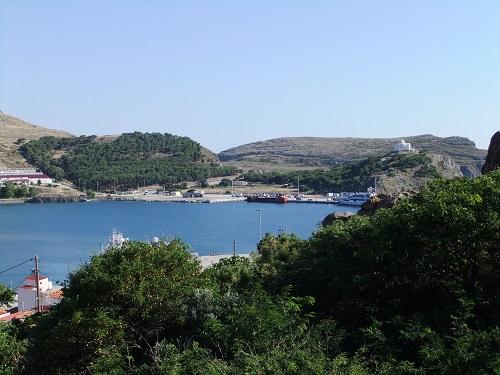 港を見下ろす