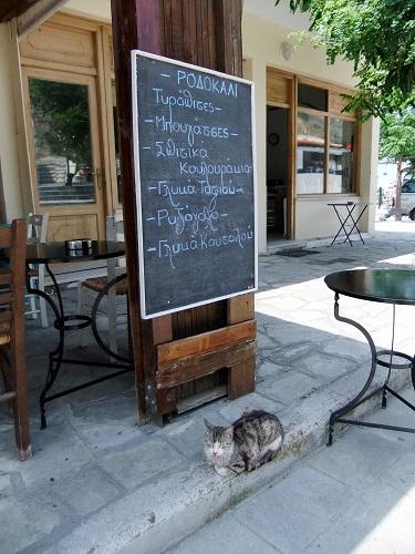 アギオス・エフストラティオス_パン屋さんの前の猫さん