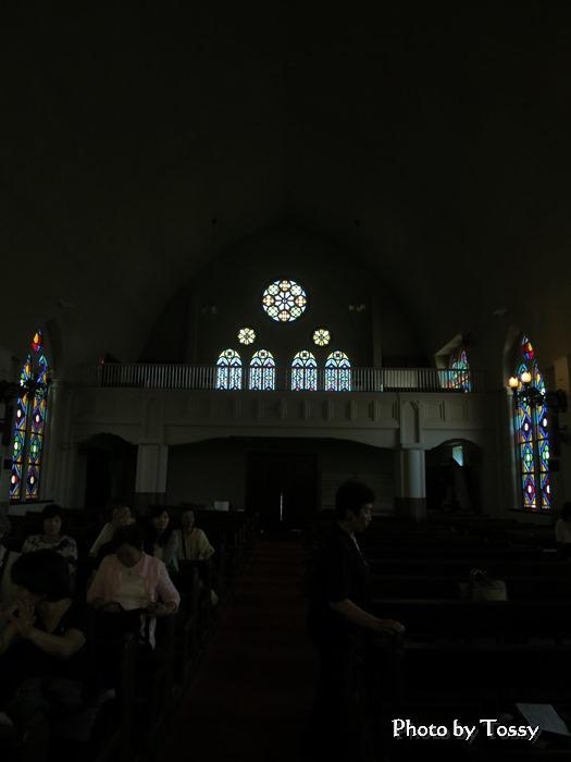 聖堂内部後方のステンドグラス バラ窓