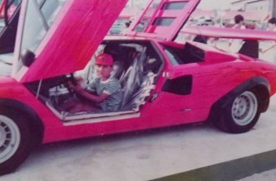 ランボルギーニカウンタックLP500Sの運転席に座るスーパーカー小僧