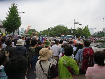 国会前の交差点で。12万人の一部