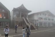 強風とガス、気温0℃の乗鞍畳平バスターミナル