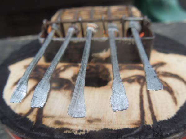 アフリカの民族楽器  リサイクル缶詰のサンザ(カリンバ)