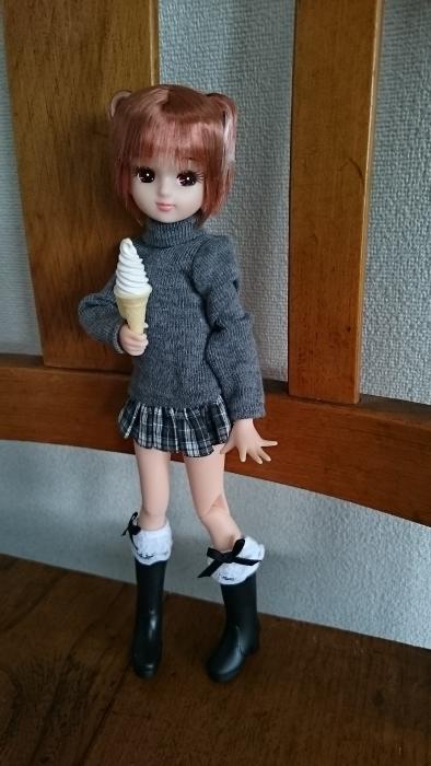 SPリカソフトクリーム持つポーズ