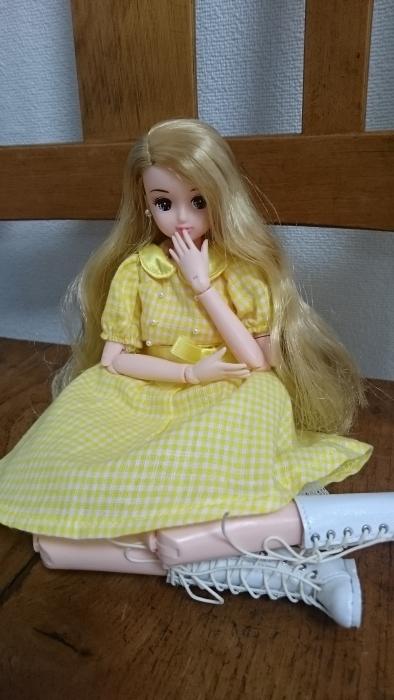 高校生きら黄色パフワンピ横座り全身