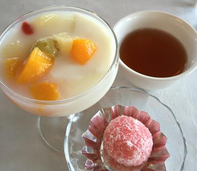 ピンクのお餅と杏仁豆腐