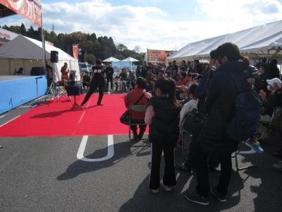 関西、大阪のマジシャンみっきゅんがマックスバリュー高屋店(東広島市)で出張パフォーマンス(マジック&水晶玉ジャグリングショー)をしている。集客力、盛り上げは断トツのNo.1。子供、お年寄り(高齢者)にも大
