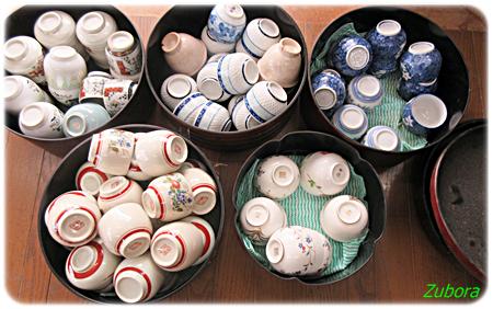 大量の湯飲み茶碗を捨てる