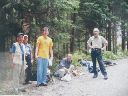 1 岩湧山(いわきさん)に「やまのぼり」,右端が先生