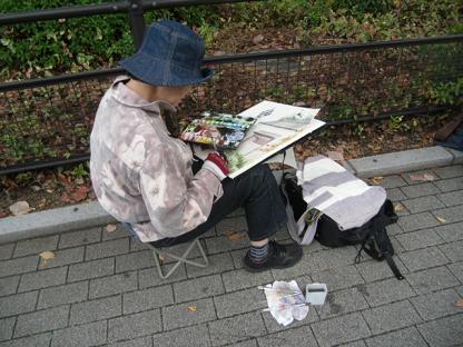 2 絵を描いている人たちがいます