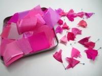 ピンクのシルク 松の実飾り