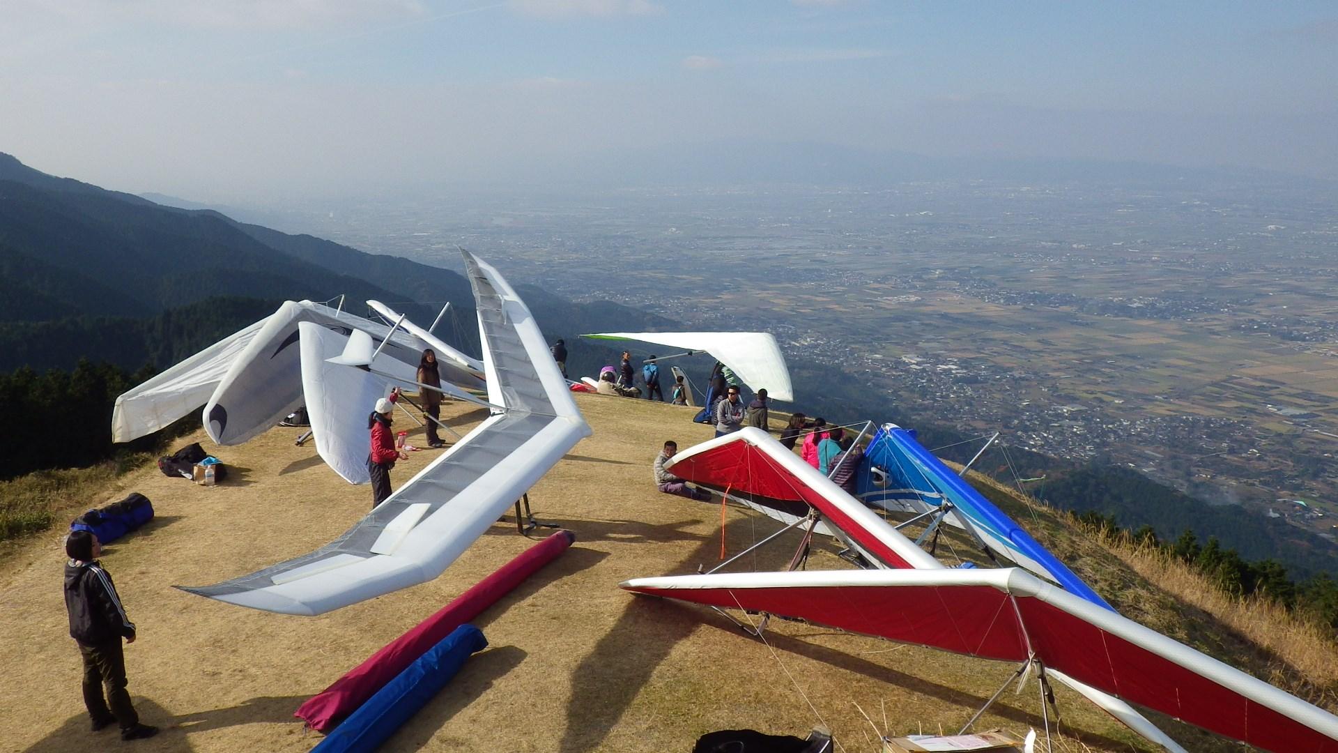 耳納山でハンググライダー50機!...