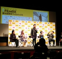 「人質交換」上映後のQ&A。立ってるのがレムトン・シエガ・ズアソラ監督