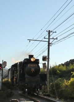 走っている蒸気機関車