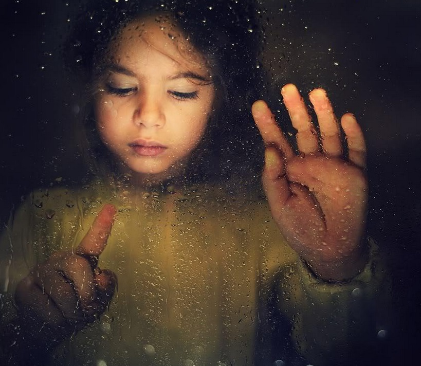 子供 ガラス 視線
