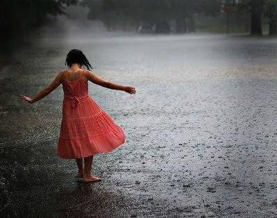 雨 少女 散歩