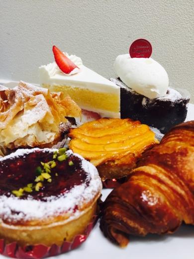 パティスリーカプリス ショートケーキ、クラシックショコラどちらか1つと、パン類、焼きタルト10種類から1つのセット