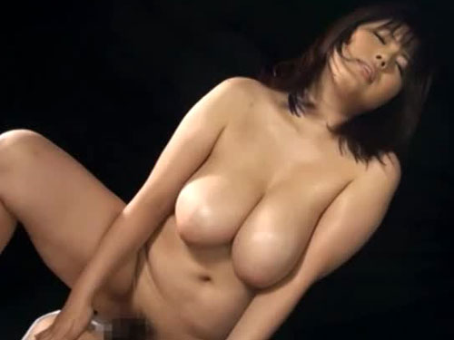 爆乳動画 青木りんがバックで突かれて垂れ下がる乳房が激しく揺れる