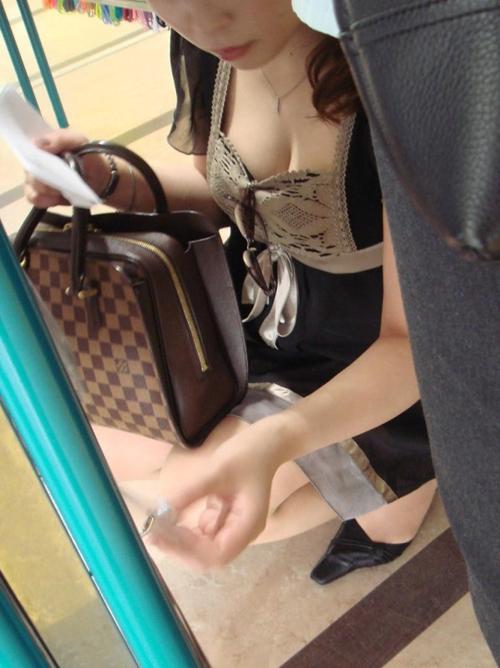 【胸チラエロ画像】素人さんが油断してるので見えたおっぱいチラリ!