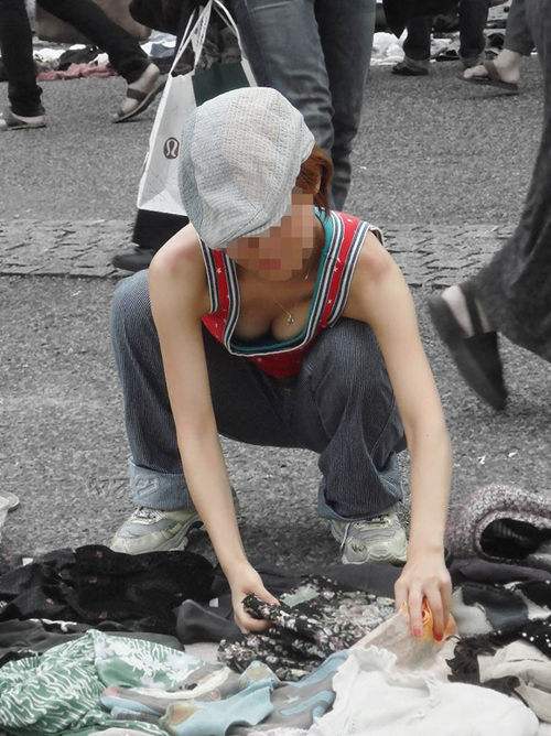 【街撮り胸チラエロ画像】街中でふとした瞬間に見えるおっぱいチラリを盗撮!!!