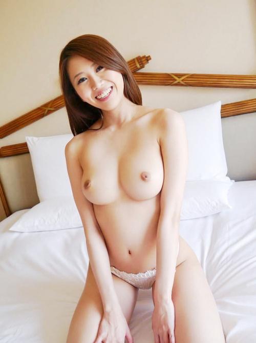 Hitomi 貧乳の彼女に隠れて超爆乳で中出しOKのお姉さんとハメまくり♪