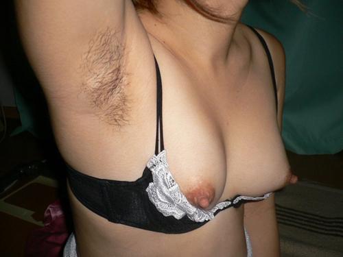 【腋フェチエロ画像】やっぱりこの毛は不必要か…伐採前な女の腋下チェック(;´Д`)