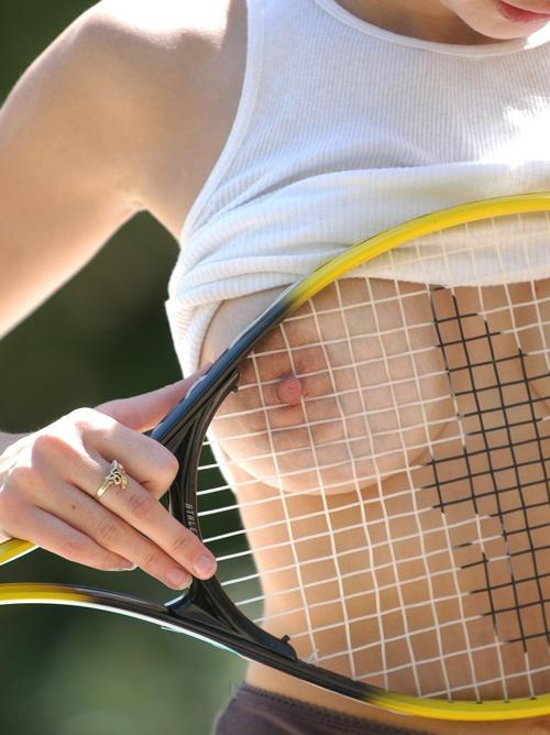 テニスウエアって女の子を3割増しでエッチに見せるよなww
