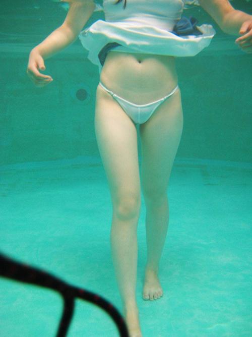 プールで遊んでる無防備な女の子を水中からパシャリと撮った水着画像