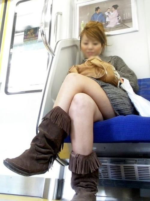 【盗撮 エロ画像】電車で足組みしてる子って絶対狙ってるよなwww