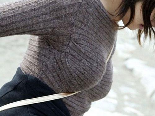 ニットやセーターで爆乳アピールする女