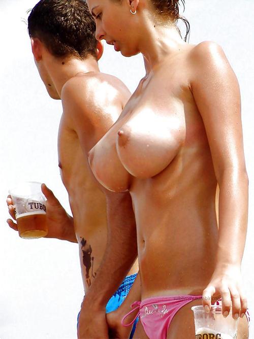 【海外エロ画像】爆乳見放題!でも勃つのはどうにか我慢してトップレスビーチの光景(;´Д`)
