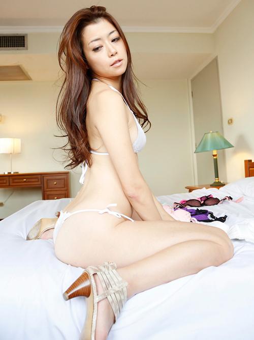 北条麻妃 妖艶な魅力の下着姿のエロ画像