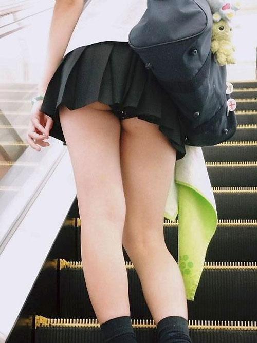 (秘密撮影26人)エスカレーターで10代小娘発見だぁーwww下からパンツマル見えだぜぇーwwwモロ見えじゃんかよぉーwww
