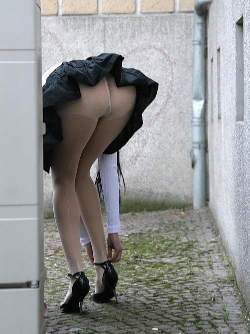 スカートの下から黒パンスト目撃★エロ画像49枚