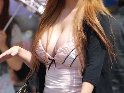 【街撮り着衣巨乳エロ画像】おっぱいが目立ってしまって仕方がない素人さんwww