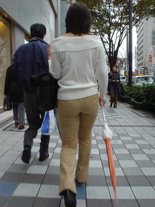 【盗撮 エロ画像】パンツルック素人さんの隠された美尻に想いを馳せる!